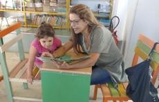 Mãe e filha lendo no Proler/UESB Conquista.