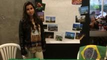 Daiane Viana representando o Brasil em ação da Universidade de Santo Tomás.
