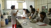 Aula prática no laboratório.