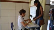 Conferência dos dados da candidata ao entrar no local de provas.