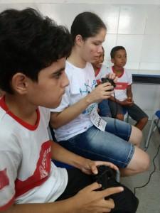 Isaac Barbugian, aluno portador de deficiência auditiva, do quarto ano do CEMSF e Letícia Silva, discente portadora de deficiência visual, do curso Sistemas de Informação da Uesb, jogando videogame pela primeira vez, guiados pelo som e visão.